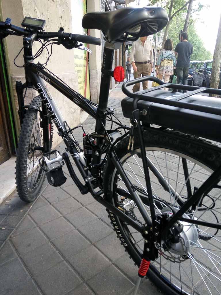 Esta TREK lleva motor de 250 W en rueda trasera y batería en el portabultos
