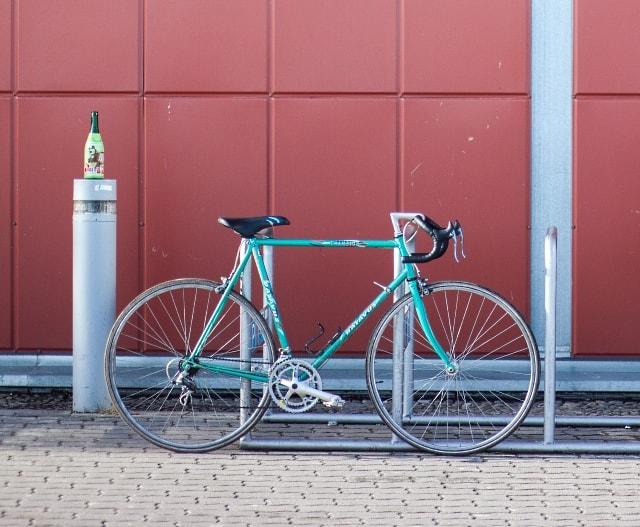 Aparca la bici sin estorbar a los peatones. ¡Queremos que la gente ame la bici!