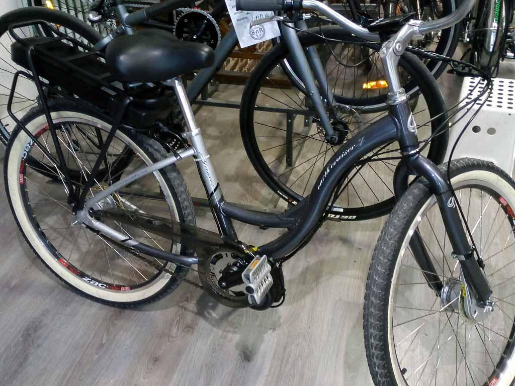 Otra bonita bici de paseo, esta vez con un discreto motor central y batería en el portabultos.