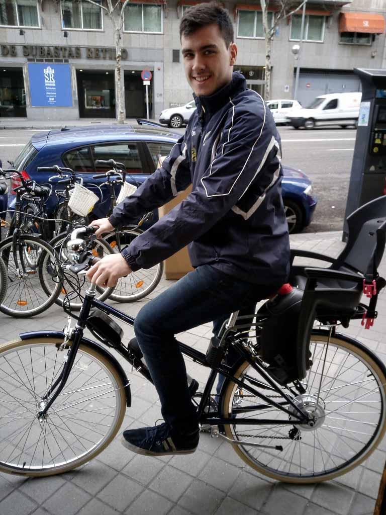 Esta bici de paseo tan cuqui lleva motor de 250 W en rueda trasera y batería montada en el cuadro.