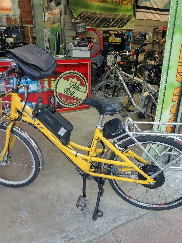 Una preciosa excentricidad: una bicicleta del servicio postal francés con un motor de 500 W en rueda trasera y batería en el cuadro.