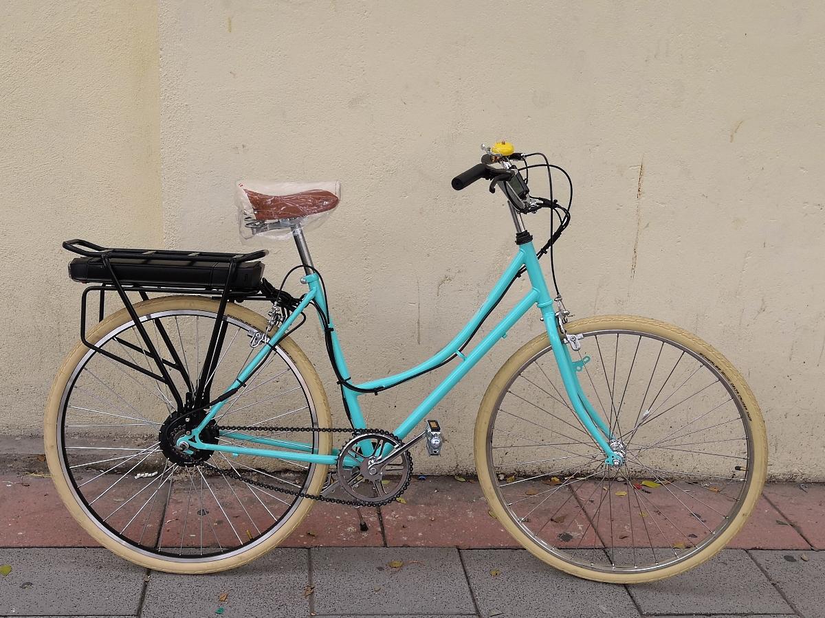 Otra bonita bici vintage con un motor de 250 W en rueda trasera y batería de 11 Ah montada en el transportín.