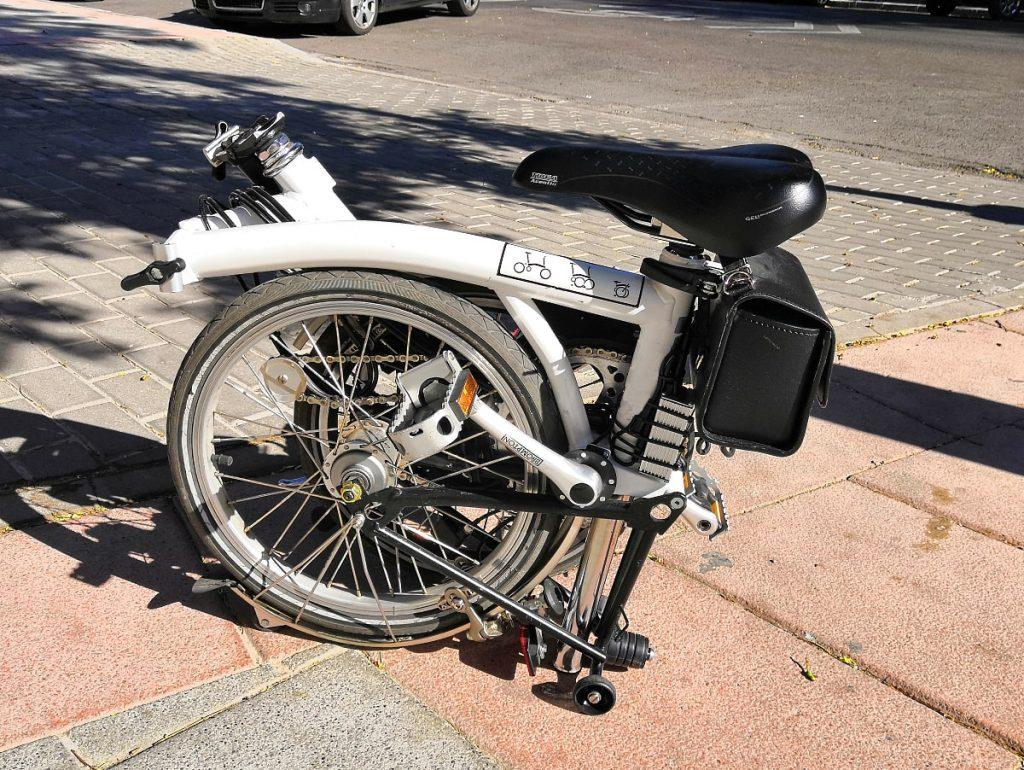 La Brompton electrificada se pliega exactamente igual que si no tuviera motor y la batería queda en la bici...