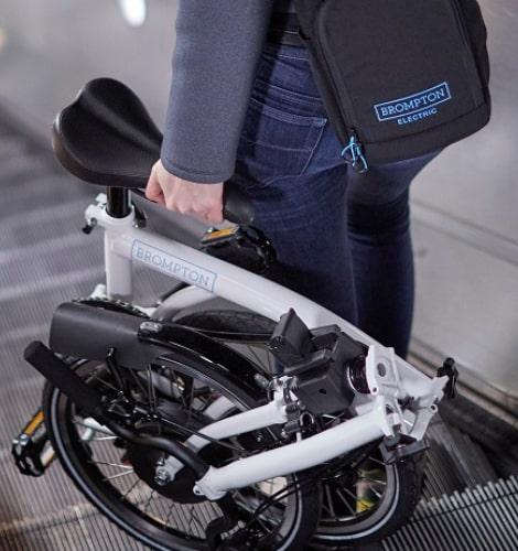 ...a diferencia de la Brompton Electric que para ser transportada necesita llevar una mochila aparte con la batería